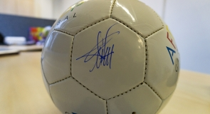 Louis Saha's signature on a football memorabilia to LMP