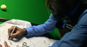 Snooker champion, Rory McLeod signing LMP t-shirt